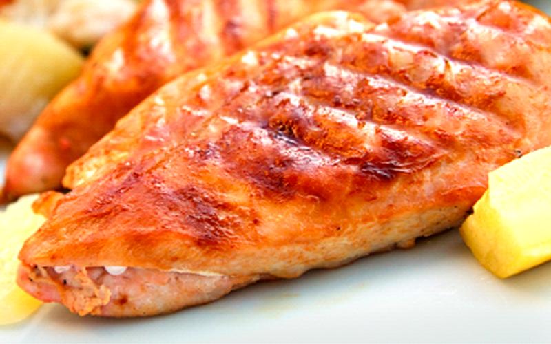 В форму для выпечки выложите грудки и накройте их фольгой.